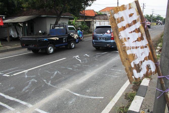 Kondisi material perbaikan jembatan Kademangan di Jl Raya Mojoagung membahayakan pengendara.