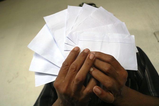 Barang bukti amplop diduga sebagai suap yang diberikan kepada anggota BPD Jatiwates.