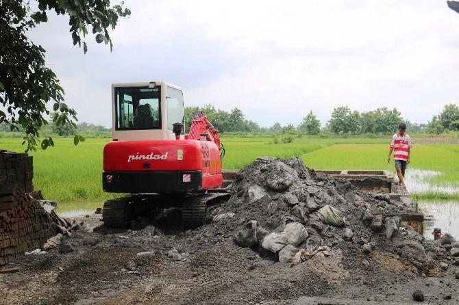 Proses pengerukan kembali limbah B3 yang dibuang di permukiman warga  Dusun/Desa Brangkal, Kecamatan Bandarkedungmulyo.