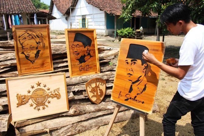 Proses pembuatan ukir sketsa wajah dari kayu jati yang dilakukan Adi Hariono, 25, pemuda Desa Tanjungwadung, Kecamatan Kabuh.