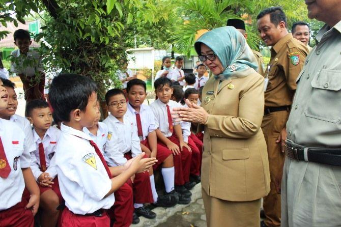Bupati Mundjidah Wahab saat melakukan kunjungan ke salah satu sekolah dasar.