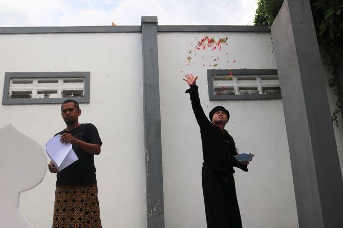 Beberapa seniman Jombang menggelar teatrikal, puisi sambil berdoa di belakang kantor Jawa Pos Radar Jombang.