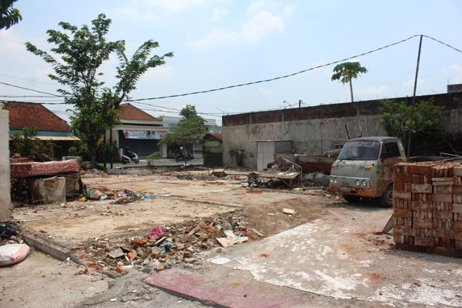 Sebagian bangunan di sisi selatan Brantas di Desa Bedahlawak, Kecamatan Tembelang yang terdampak proyek jembatan baru Ploso mulai dibongkar