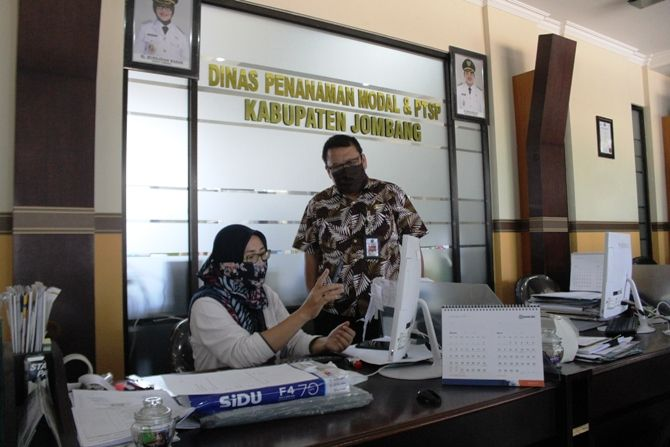 Kepala DPMPTSP Ilham Hero Koentjoro memantau pelayanan secara online kepada pemohon izin.