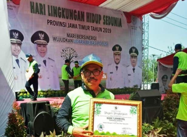 Suryanto menerima piagam penghargaan Sekolah Adiwiyata Jawa Timur 2019.