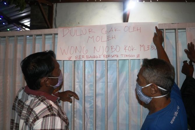 Minggu malam (4/5), warga Kelurahan Jombatan mendatangi rumah yang menjadi tempat isolasi dua pasien Covid-19.