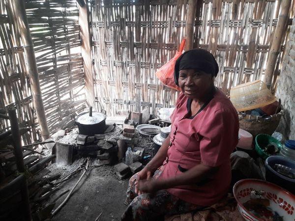 Tu'ah, warga Desa Jarak Kulon, Kecamatan Jogoroto yang hidup sebatang kara di rumah tak layak miliknya.