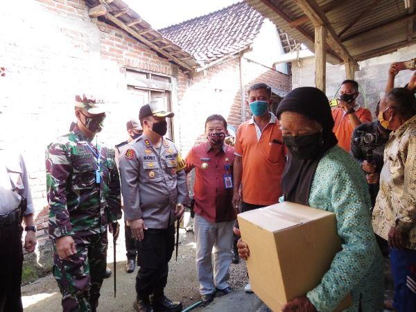 Kapolres Jombang AKBP Boby Pa'ludin Tambunan bersama dengan Dandim 0814 Jombang Letkol Inf Triyono menyerahkan paket sembako kepada warga Kecamatan Ploso.