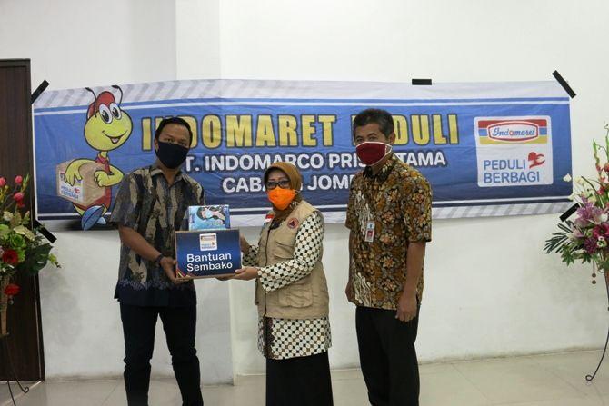 PT Indomarco Prismatama Cabang Jombang menyerahkan bantuan kepada Bupati Jombang Hj Mundjidah Wahab.