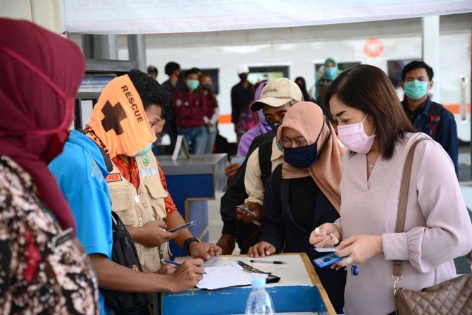 MASIH BERJUBEL: Pendatang dari luar kota yang tiba di Stasiun Jombang menjeleng lebaran semakin banyak.