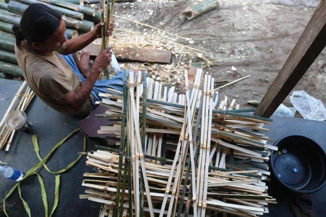 Perajin bambu di Jombang lumayan banyak. Satu di antaranya yang masih eksis di Dusun Sumbermanik, Desa Jantiganggong, Kecamatan Perak.