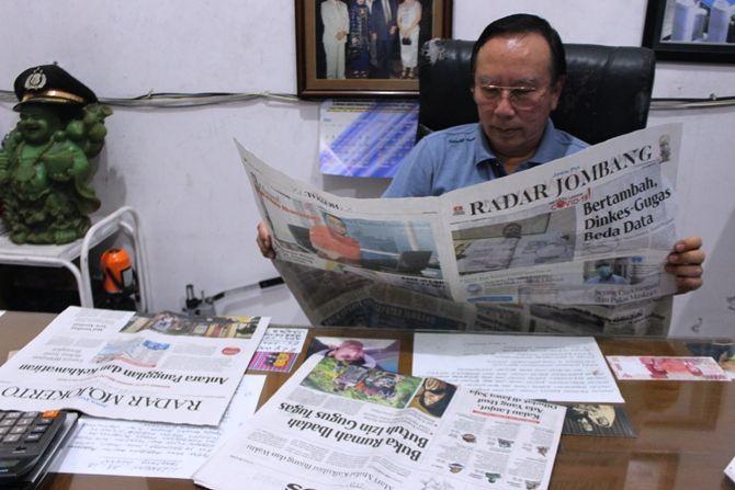 Sindarta Adi Wibowo, 66, setia dengan koran Jawa Pos dalam 30 tahun terakhir.