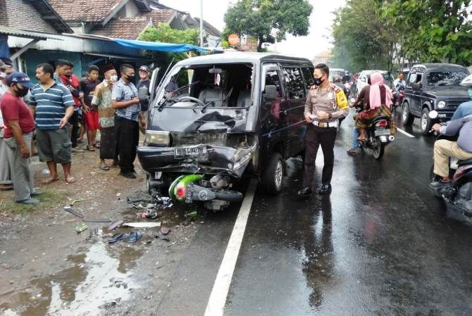 Kondisi sepeda motor usai dihantam mobil Suzuki Carry di Jalan Irian Jaya, Desa Cukir, Kecamatan Diwek kemarin.