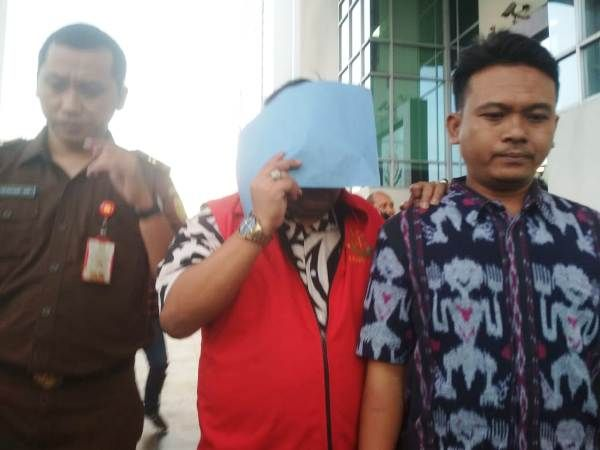Wulang Suhardi, eks anggota DPRD Jombang, ditahan Kejaksaan Tinggi Jawa Timur.