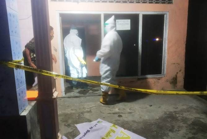 Proses evakuasi jenazah Eko Budi Kusuma, 27, warga Dusun Banjaranyar, Desa Sumberagung, Kecamatan Peterongan.