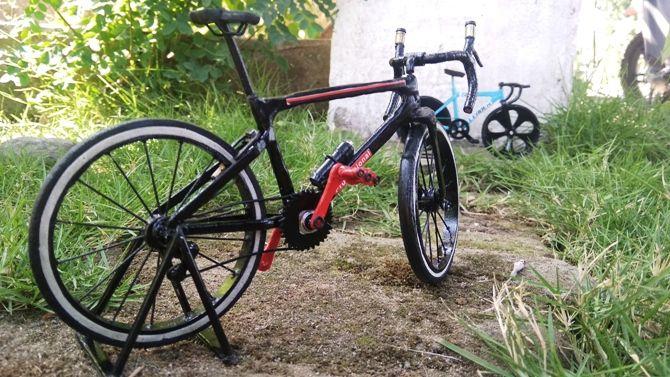 UNIK: Beberapa miniatur sepeda yang dibuat Aji Wahyu Santoso mulai model klasik hingga modern.