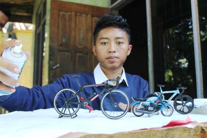 KREATIF: Aji Wahyu Santoso, 23, warga Desa Sudimoro,Kecamatan Megaluh sudah empat tahun menekuni kerajinan miniatur kendaraan unik.