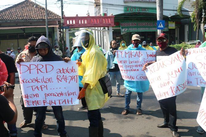 Puluhan orang dari organisasi kemasyarakatan menggelar aksi demonstrasi di depan gedung DPRD Rabu siang (2/7).
