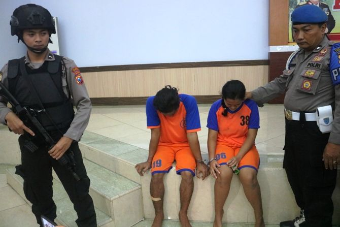 Pasangan suami istri pelaku pembunuhan terhadap Elly Marida, 47, guru SMPN 1 Perak.