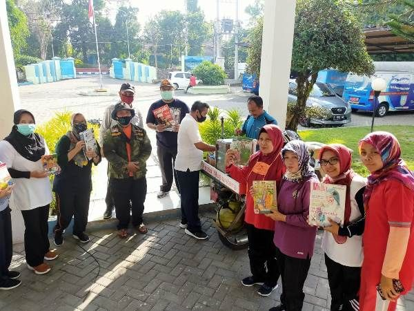 Dinas Perpustakaan dan Kearsipan Jombang memberikan penghargaan kepada M Lutfan Efendi, pedagang pentol yang viral di media sosial karena keliling berdagang sambil membawa buku bacaan.
