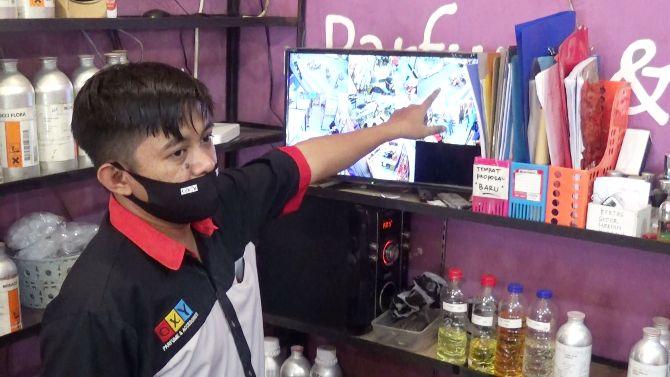 VIRAL DI MEDSOS: Aksi seorang ibu-ibu mencuri terekam CCTV disalah satu toko parfum dan asesoris di Jl Kusuma Bangsa.