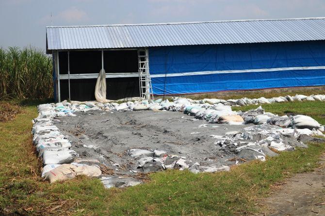 Pembuangan limbah B3 di area persawahan Desa Karangdagangan, Kecamatan Bandarkedungmulyo.