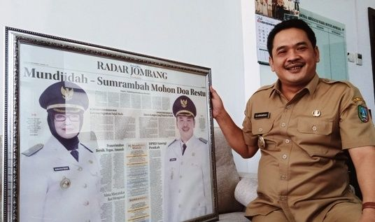 KEBANGGAAN: Wabup Sumrambah menunjukkan pigora koran Jawa Pos edisi 24 September 2018.