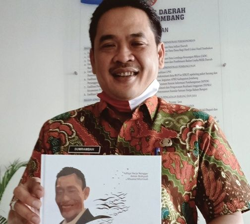 SALUT:Wabup Sumrambah menunjukkan buku  Kwat Prayitno; Guruku, Ayahku, Kakakku, di kantor Pemkab Jombang, (7/7).