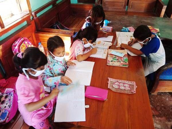 Anak-anak Desa Marmoyo terpaksa berkumpul di tempat-tempat yang menyediakan akses internet melalui Wifi.