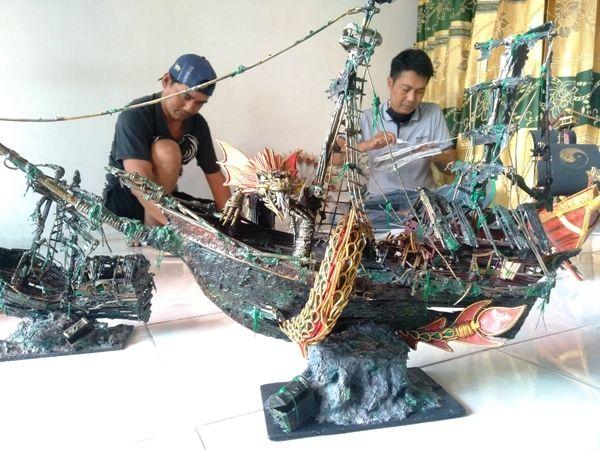Di rumahnya, Edi Santoso membuat miniatur unik berbentuk kapal karam yang dibuat dari kertas koran bekas.