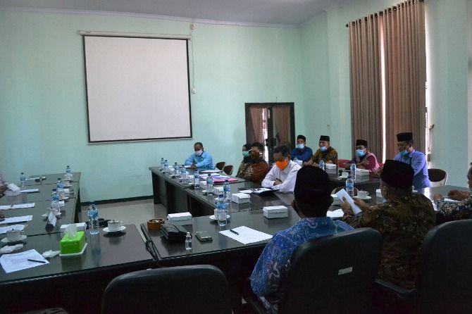 Sejumlah warga Desa Jatigedong, Kecamatan Ploso kemarin mendatangi gedung dewan. Warga mengadukan permasalahan pengelolaan CSR (corporate social responsibility) yang diberikan PT CJI Ploso yang dinilai kurang transparan.