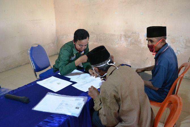SEMRINGAH: Penerima BSPS bergantian mengambil upah tukang di kantor Desa Mundusewu.