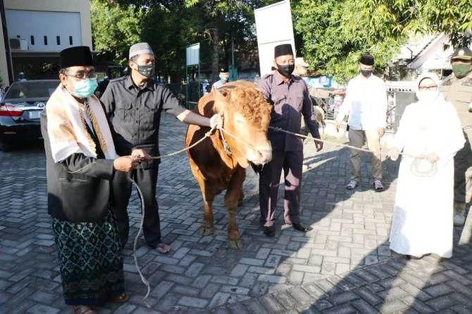 Setelah salat, bupati menyerahkan tiga ekor sapi kurban kepada pengurus masjid. Selain dari Gubernur Jatim Khofifah Indar Parawansa, sapi kurban tersebut dari Bupati Jombang dan Wakil Bupati Jombang.