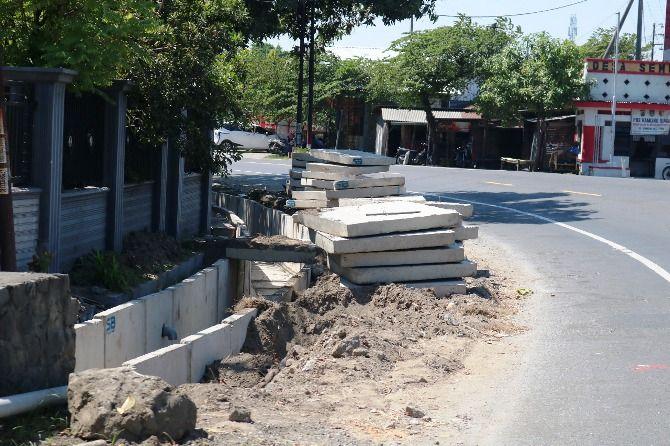 Material proyek saluran di jalan nasional Desa Sembung, Kecamatan Perak.
