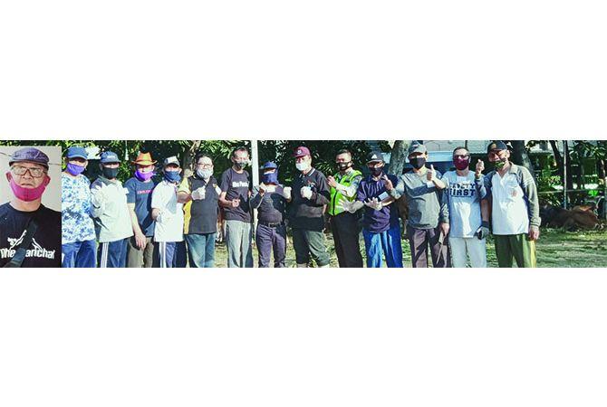 KOMPAK: Panitia kurban Masjid Jombang Permai saat penyembelihan hewan kurban Sabtu (1/8)