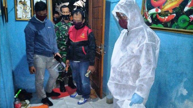 Proses evakuasi jenazah Ahmad Syadeli, 45, warga Kecamatan Kenjeran, Kota Surabaya yang ditemukan tewas di salah satu kamar kos Desa Mancilan, Kecamatan Mojoagung, Minggu (2/8) malam.