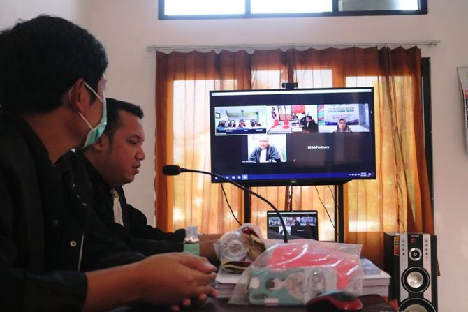 Sidang dengan sistem online ini diikuti Mutik dari Lapas Jombang. Sementara majelis hakim memimpin sidang dari PN Jombang, dan JPU mengikuti sidang dari Kejaksaan Negeri Jombang. Sedangkan pengacara, mengikuti sidang di kantornya sendiri.