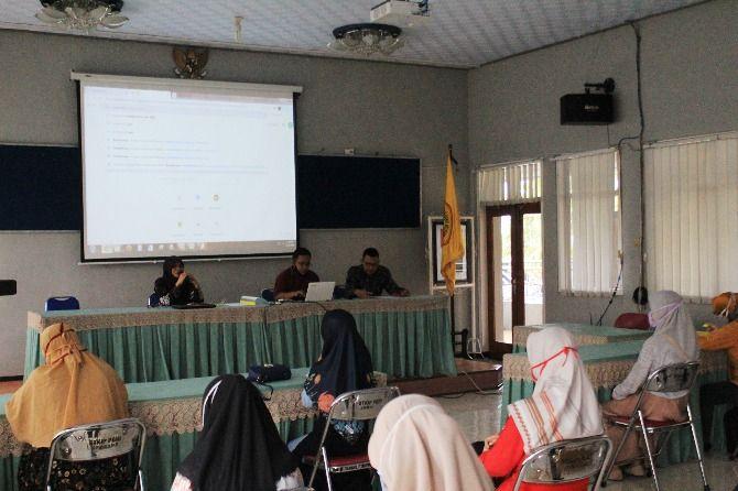 Dr. Hj Nanik Sri Setyani, Wakil Ketua III STKIP PGRI Jombang memberi arahan kepada mahasiswa.