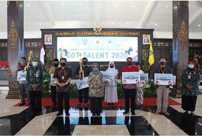 Bupati Hj Mundjidah Wahab foto bersama para pemenang Jombang Children Festival.