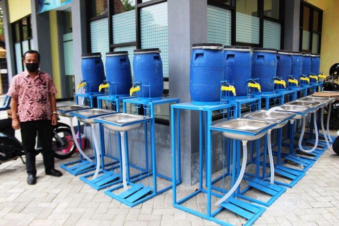 Siswa SMKN 1 Jombang yang datang ke sekolah wajib cuci tangan di tempat yang sudah disediakan.