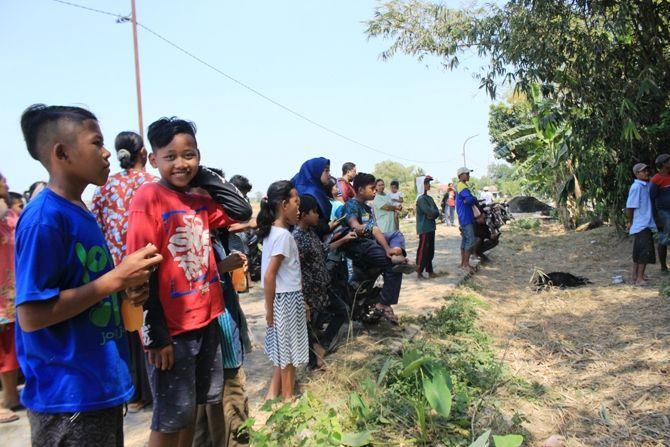Puluhan warga menyaksikan pencarian Fatchurrozy, 31 warga Dusun Surobayan, Desa Tengaran Kecamatan Peterongan kemarin.