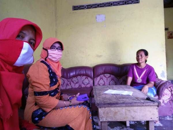 HOME VISIT: Guru SMPN 2 Gudo mendatangi rumah siswa agar tidak tertinggal pelajaran.