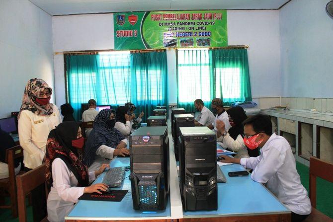 EFEKTIF: Guru di SMPN 2 Gudo membuat studio 3 sebagai pusat pembelajaran jarak jauh di masa pandemi Covid-19.