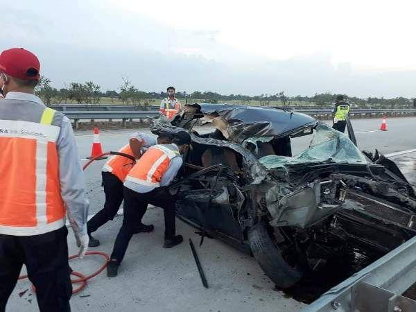 Petugas mengevakuasi Honda Brio nopol W 1135 QD yang ringsek usai menabrak sebuah truk di tol Jombang-Mojokerto.