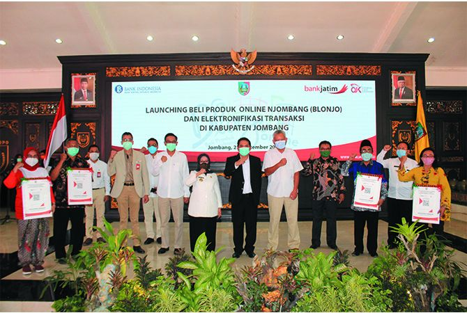 "DUKUNG UMKM: Bupati Jombang Hj Mundjidah Wahab bersama Direktur Utama Bank Jatim Busrul Iman melaunching ""Blonjo Online""."