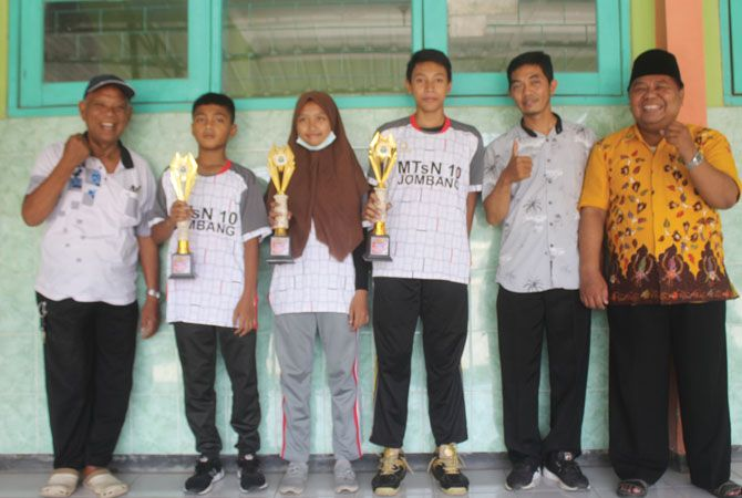 Ahmadi Yasin Kepala MTsN 10 Jombang bersama Ketua Komite H Su'udi Yatmo (kiri) foto dengan siswa berprestasi.