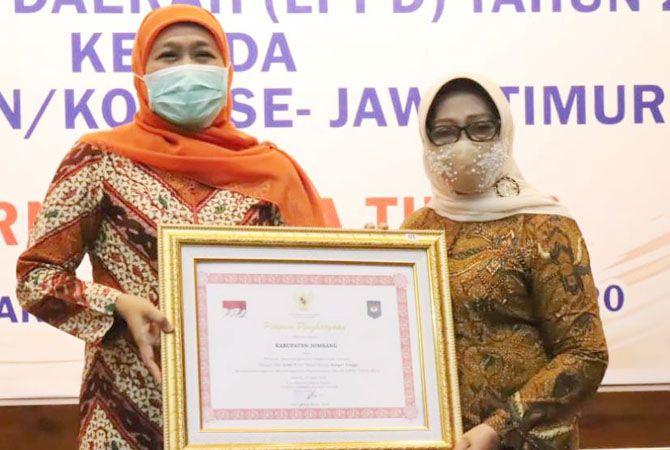 PRESTASI: Bupati Hj Mundjidah Wahab menerima penghargaan yang diserahkan Gubernur Khofifah Indar Parawansa di Grahadi Surabaya, kemarin.