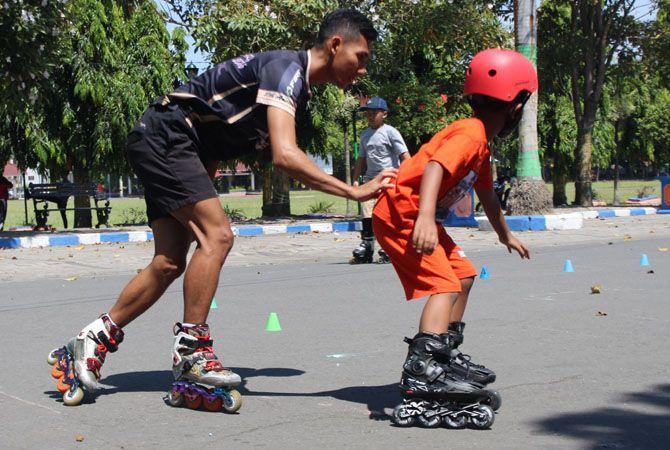 KESEIMBANGAN: Zafran latihan lari dengan membawa cone dipunggung