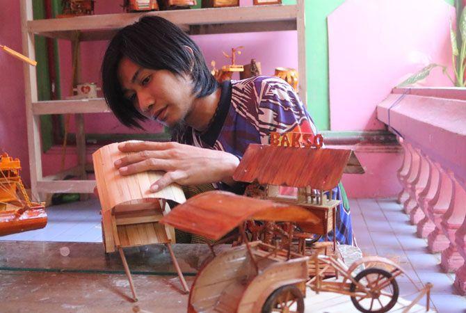 BAMBU: Di tangan kreatif Idris Hanafi jadi barang indah