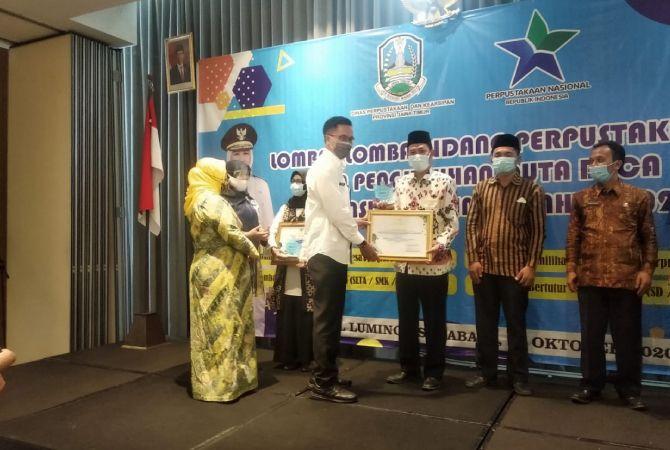 PENGHARGAAN: Penyerahan piagam juara 2 lomba perpus SLTA tingkat provinsi oleh Plt Kepala Perpus dan Kearsipan Provinsi Jatim.